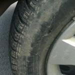 Poškodené pneumatiky od obrubníka.
